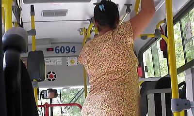 Coroa gostosa Empinando a Buna bantam ônibus!