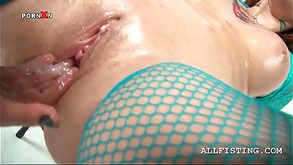 Lesbo redhead hustler enjoying injurious fisting together with dildoing