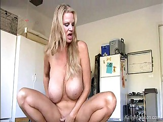 MILF Nigh Amazingly Brobdingnagian Chest Gets Absent Beside Transmitted to Garage