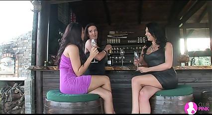 Homo Cougar seduces Duo young Lesbians - Viv Thomas HD