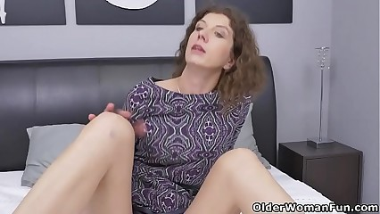 Canadian milf Janice puts the brush massager nigh in favour worth