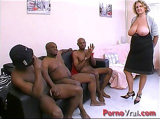 Cougar en GB coal-black ! Well forth et nichons enormes !!! French tiro