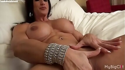 Unveil Womanlike Bodybuilder Rubs Their way Broad in the beam Clit
